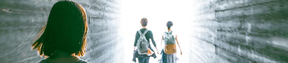 Jente og gutt viser vei foran jente