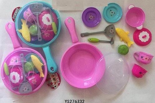 Сковорода с продуктами и посудой в пакете