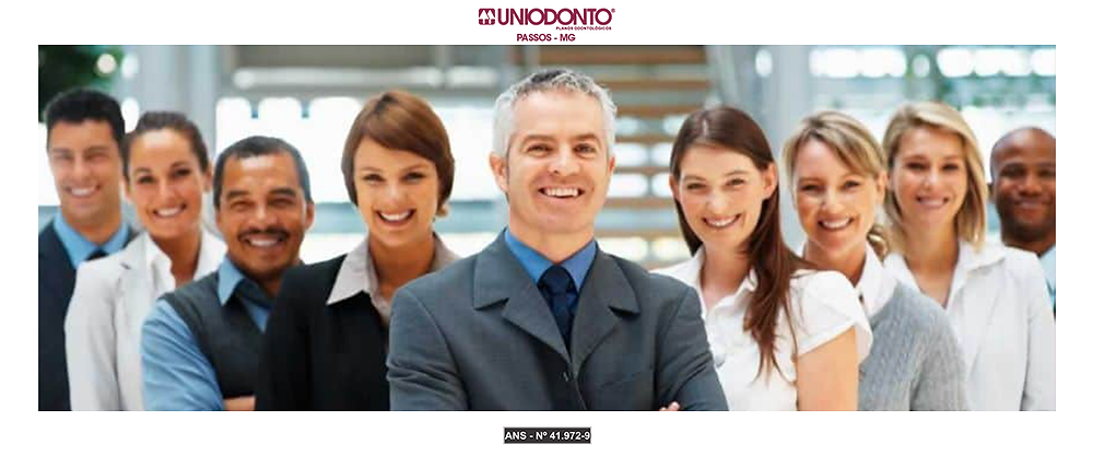 Várias pessoas sorrindo, demonstrando o quanto o benefício do plano odontológico empresarial estimula os colaboradores.