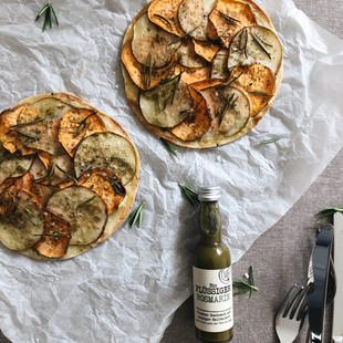 Tortillapizza mit Süßkartoffeln, Birnen und flüssiger Rosmarin