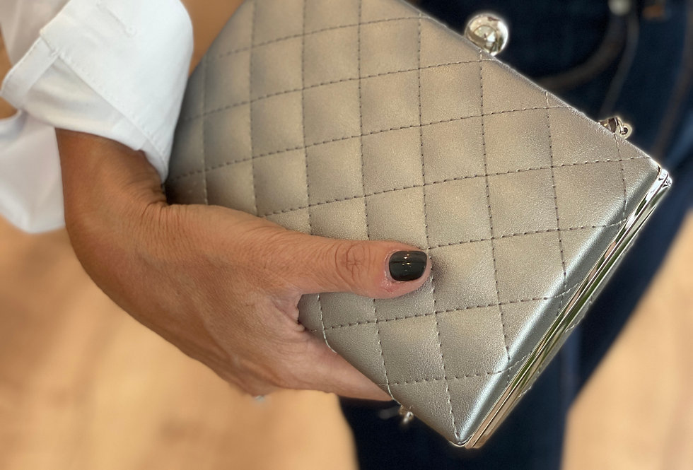 CLUTCH IN PELLE COLOR ARGENTO OPACO