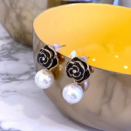 Orecchini con perla pendente camelia nera e profili dorati