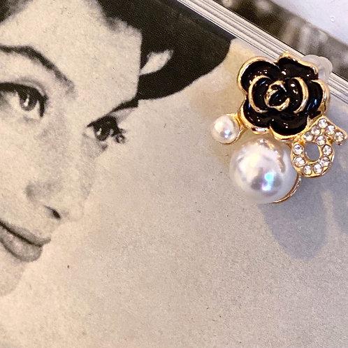 Orecchino SINGOLO con perle , camelia Nera logo N°5