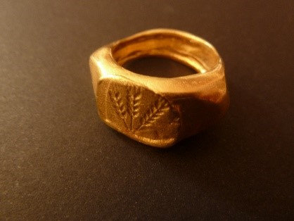 Signet goldplated ring with barley and wheat engraving.