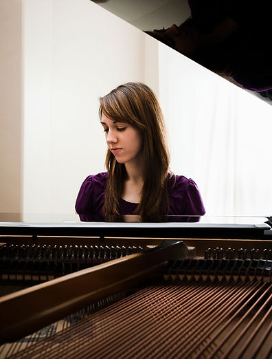 彈鋼琴的少婦