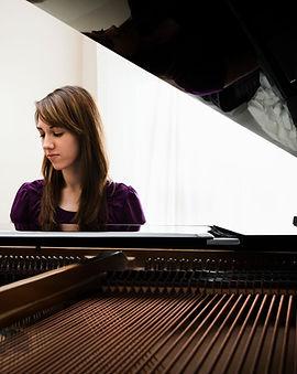 Молодая женщина, играющая на фортепиано