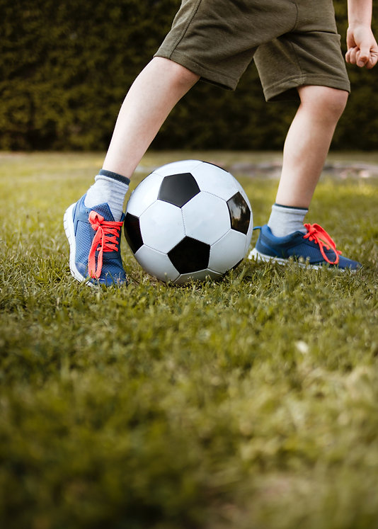 boy-playing-with-soccer-ball-3074920.jpg
