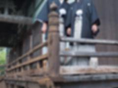 正福寺本堂で羽織袴の男性カップル