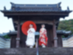 正福寺門前で晴れ着姿の女性カップル