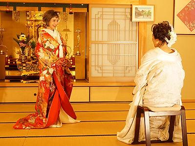正福寺本堂内の女性カップル