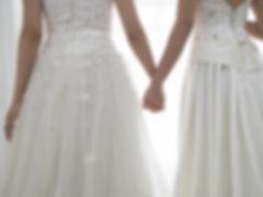 ウェディングドレスの女性カップル