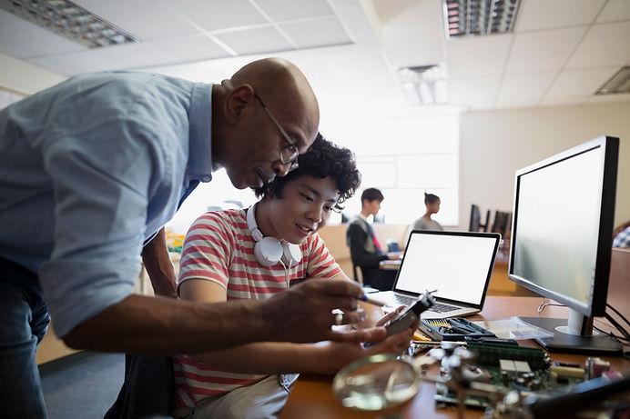 Lärare hjälpa en student