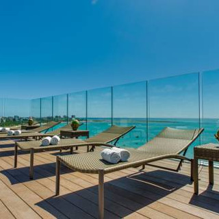 Relax in the pool of the Meridiano Hotel in Maceió