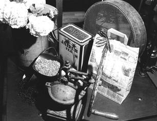 Antichi strumenti: macinino e setaccio per il Caffé