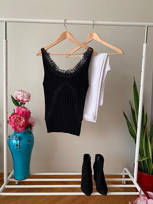 Siyah dantel detaylı sırt dekolteli piliseli triko bluz