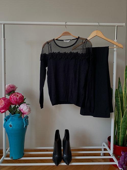 Siyah dantel ve tül detaylı siyah şık triko bluz