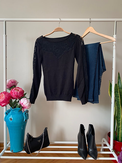 Siyah göğüs ve omuzlarında dantel detaylı ince triko kazak
