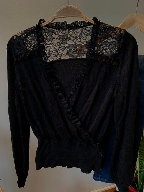 Siyah kurvaze yaka dantel detaylı triko bluz