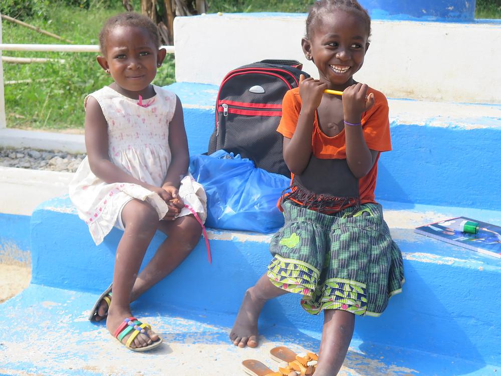 Glade elever ved Dementa som har fått sekk og skoleutstyr av GHAC