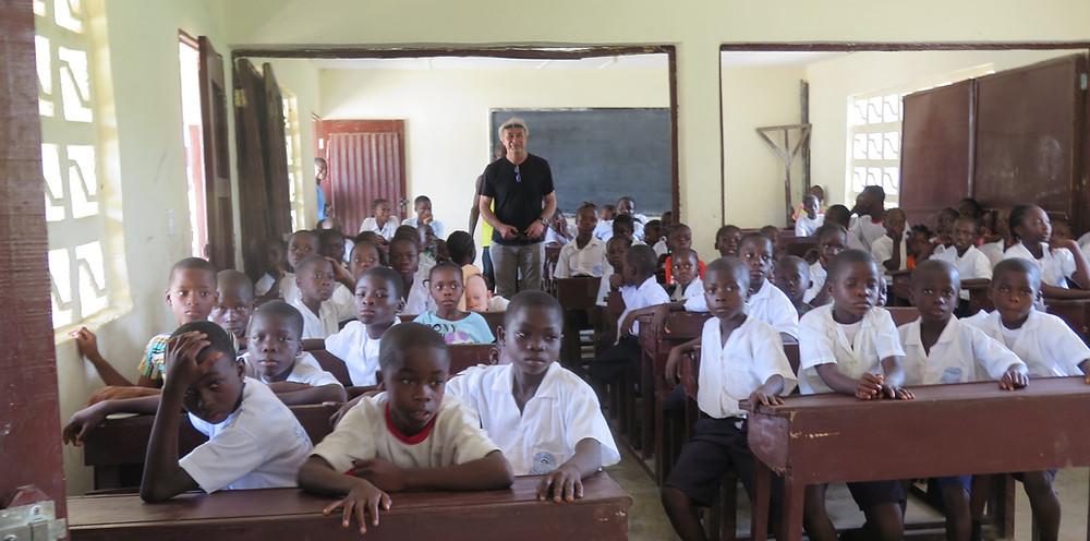 Velley-Ta 2018: Rolf deltar i en skoleklasse ved Velley-Ta hvor vi støtter 60 elever med skolepenger og skoleutstyr. Skolen har også fått solcellepanel og bibliotek ved hjelp av Giving Hope To a Child's innsamlede midler.