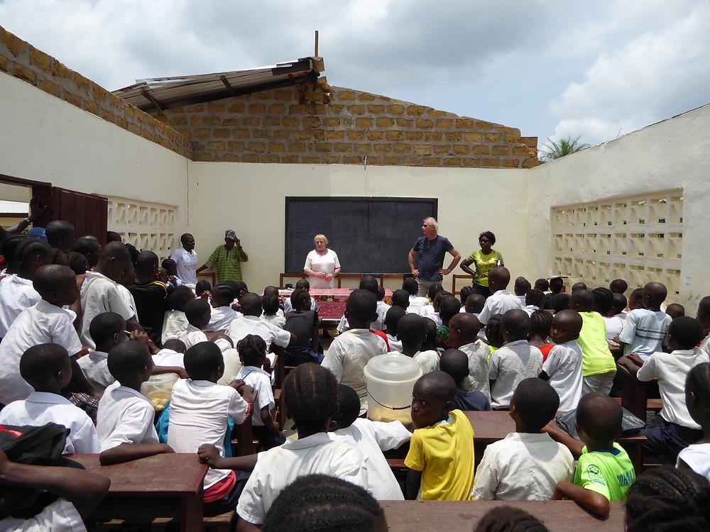Frank Diggs: Når Rolf og Tove kom på besøk i 2018 var taket blåst av på deler av skolen i en storm og det ble diskutert om stiftelsen skulle være med å finansiere gjenoppbyggingen av taket.