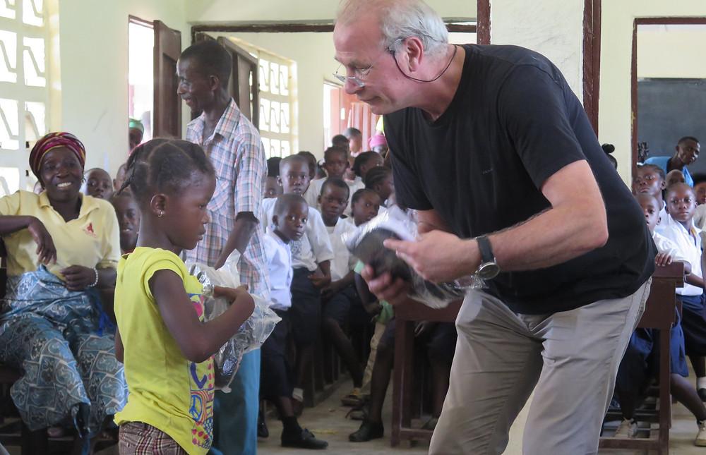 Velley-Ta april 2018: Rolf deler ut skoleutstyr til barna