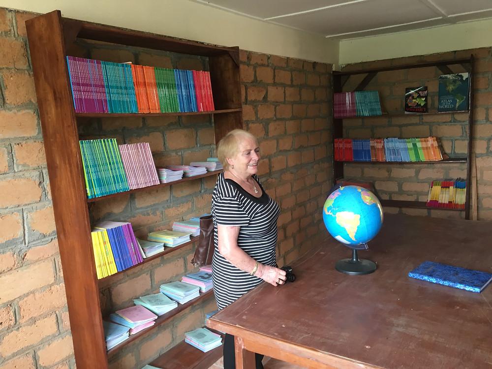 Tove Odland forestår åpning av biblioteket