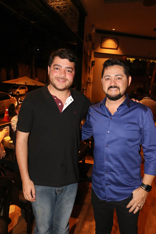 Deputado estadual Henrique Arantes com o empresário Anderson Barbosa, na noite de inauguração do Madalena Gastrobar