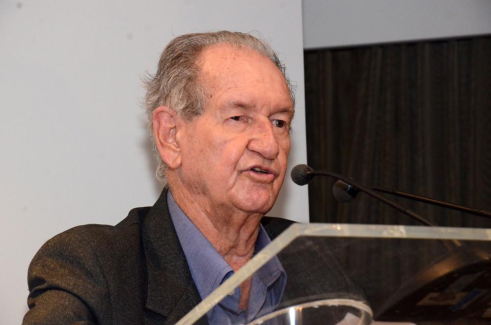 O escritor Bariani Orêncio, com 94 anos, concorre ao prêmio Kindle realizado pela Amazon
