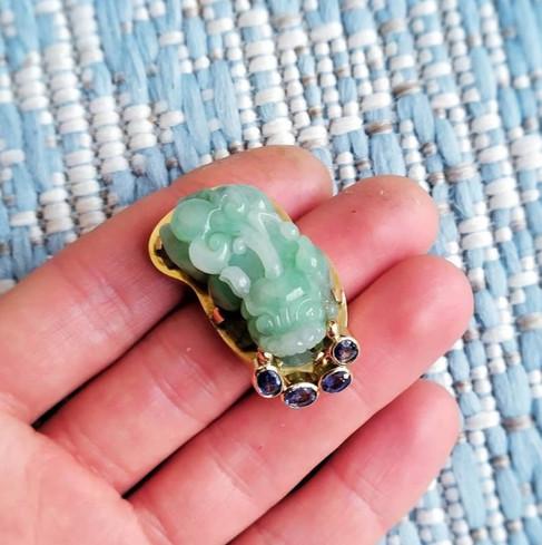 Jadeïet en saffieren broche