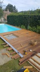 Terrassendielen rund um den Pool verlegen