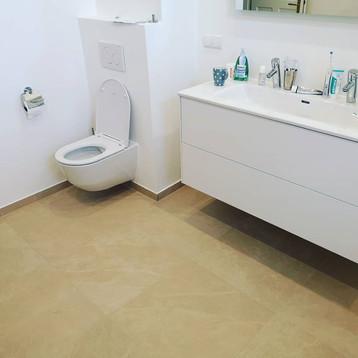 Beige-Fliesen-Badezimmer-helle-Möbel