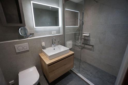 Dusche-Trennwand-Fliesen-Spiegel-mit-Licht