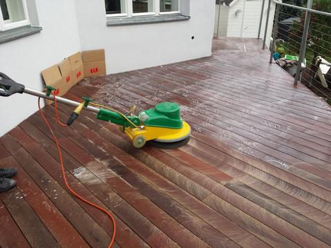 Terrasse pflegen.