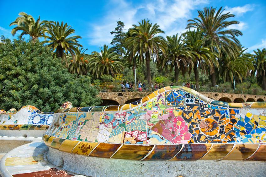 Sitzbänke ausgelegt mit bunten Mosaikfliesen