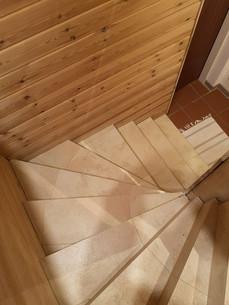 Stiege-Fliesen-Holzwand