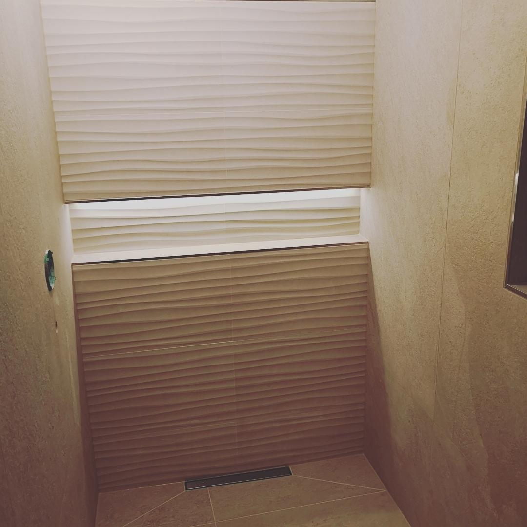 Helle_Fliesen_Badezimmer