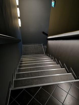 Dunkle-Fliesen-Stufen