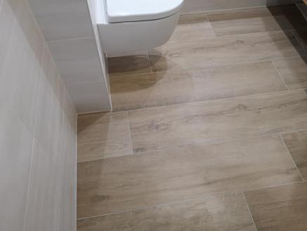 Fliesen-Holzoptik-WC