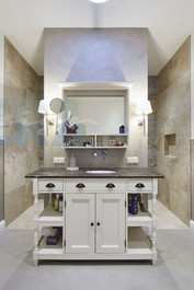 Großes-Badezimmer-Fliesen-Nische