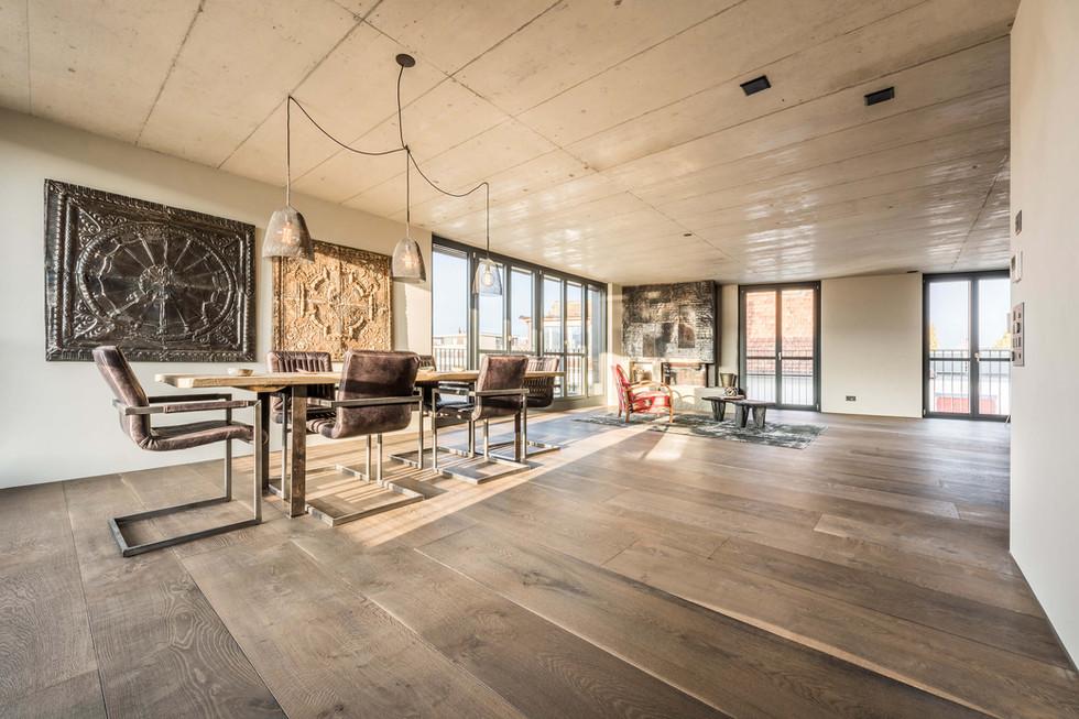 Woodbase Landhausielen Tisch Stuehle Lampen Kamin