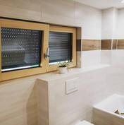 Holzfenster-Wandfliesen-Decke