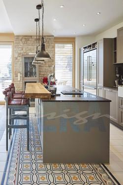 Fliesen_Küche_Holztisch