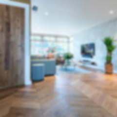 fischgraet-französisch-Eiche-Wohnzimmer-Fernseher-Tür-mit-Parkett