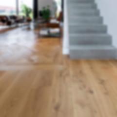 Tafelparkett-Landhausdielen-Betonstiege-Wohnzimmer