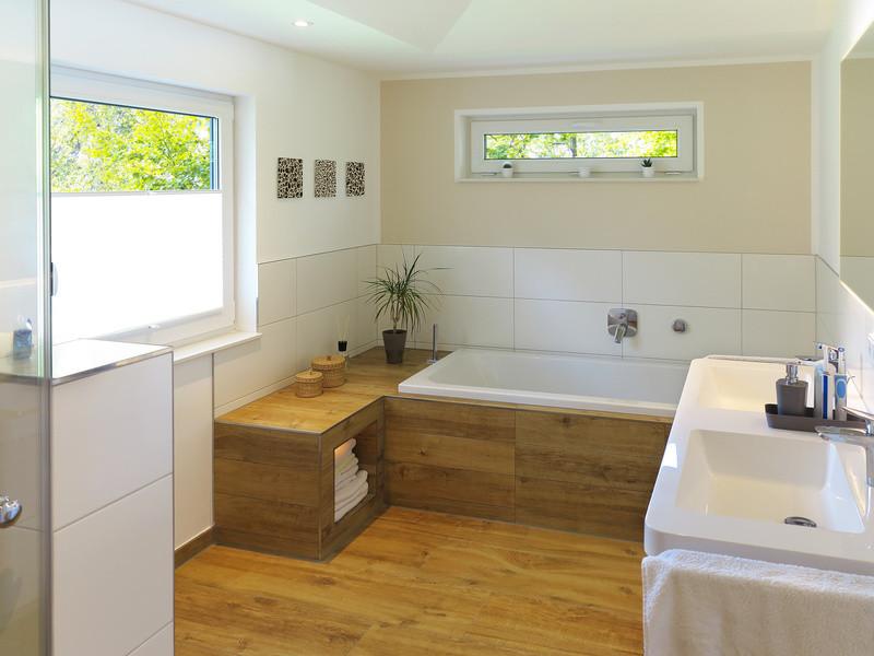 Helles Badezimmer mit Fliesen in Holzoptik und weissen Wandfliesen.
