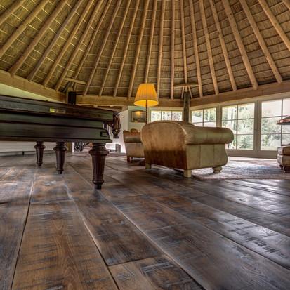 Schlossdiele-Woodbase-Parkett-Eiche-Wellington-Klavier-Lampe