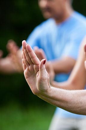 אישה בקורס הגנה עצמית לנשים מסמנת גבול אישי באמצעות היד שלה