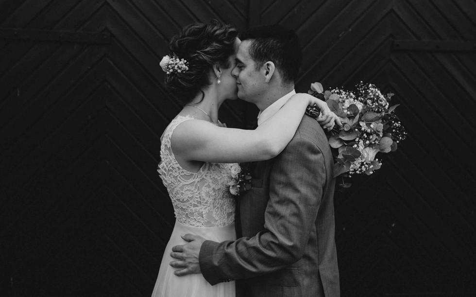 Brautpaarshooting.Scheunentor.schwarzwei