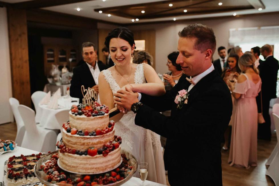Anschneiden.Hochzeitskuchen.jpg